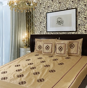 Silk embroidered 5 pc Double Bedcover set