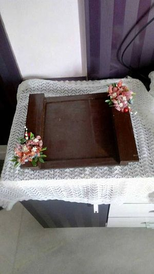 Wooden tray with pretty sospeso flowers