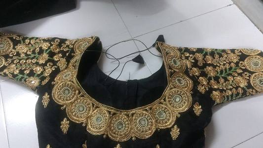Back neck embroidery blouse