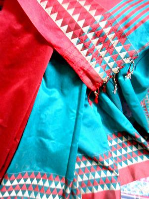 Mulmul soft silk handloom deep turquoise one colour body with deep red aanchal and thread work in paar ....blouse piece attached